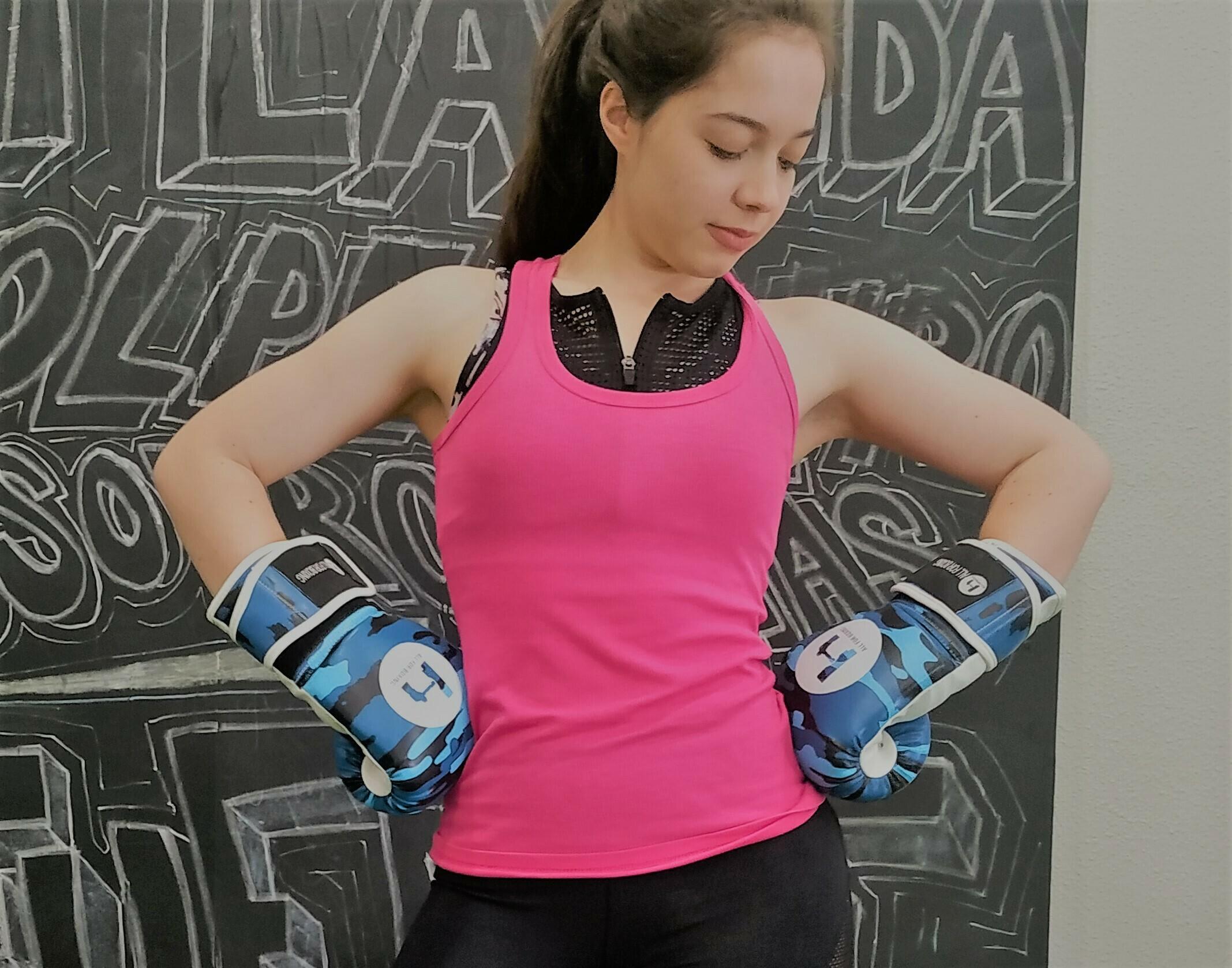 mujer con guantes de boxeo